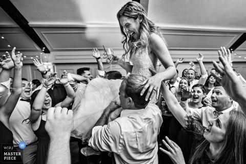 Bruid wordt in de lucht opgeheven tijdens de receptie van Lake Mohawk Country Club New Jersey