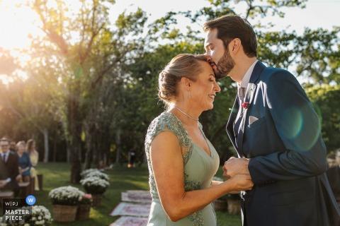 Alameda da Figueira - Cachoerinha - Brésil | Un baiser sur le front lors de la cérémonie de mariage en plein air