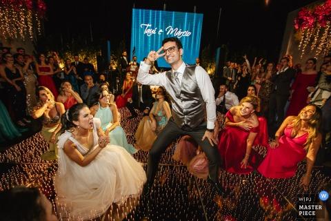 Mahala Eventos - Porto Alegre - RS | photo de mariage du marié dansant pour la mariée et ses amis