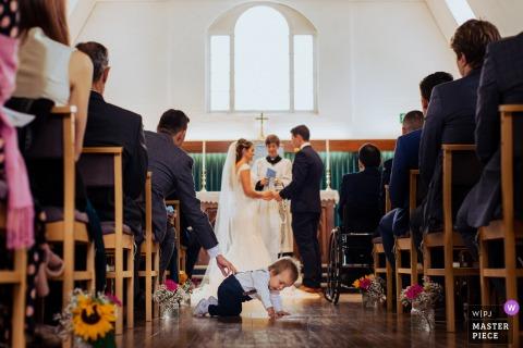 Bricket Wood - photos de mariage au Royaume-Uni | Un enfant dans le couloir lors de la cérémonie