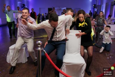 Krakauer Hochzeitsfotograf in Malopolskie am Empfangsort mit einem verrückten Wettbewerb