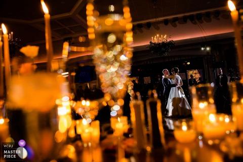 Fiddlers Elbow Hochzeitsort Fotografie | Erster Tanz zwischen Kerzen und Glas.