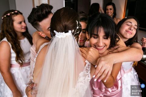 Le photographe de mariage de Miranda Venezuela a capturé cette étreinte de groupe autour de la mariée lors de la fête de préparation.