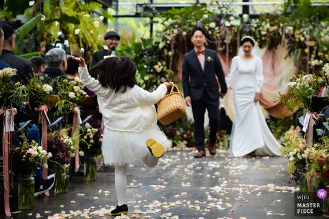 China Wedding Ceremony Photo |  	When the master of ceremonies announced that the ceremony was over, the flower girl jumped up and threw flowers