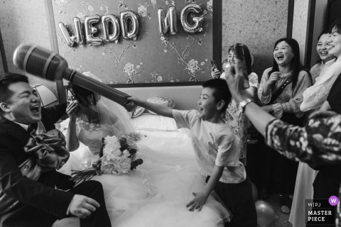 Shaanxi Wedding Photography | Groom and Bride during the wedding games