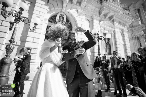 Photo de mariage de Syracuse en Sicile lors de la cérémonie montrant le couple qui vient de se marier