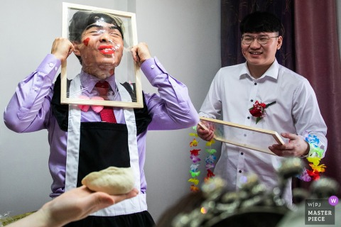 Zhejiang wedding photo of the groom playing wedding games