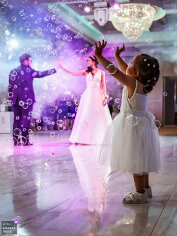 Glavatarsky漢住所,保加利亞婚禮攝影| 新娘和新郎和舞池上的年輕女孩被氣泡包圍