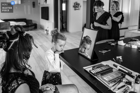 French Wedding Photographer | the bride's daughter is melancholy during the makeover