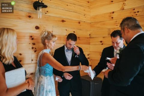Photographie de mariage de l'Ohio à partir d'une cérémonie de Cleveland de certains moments émotionnels