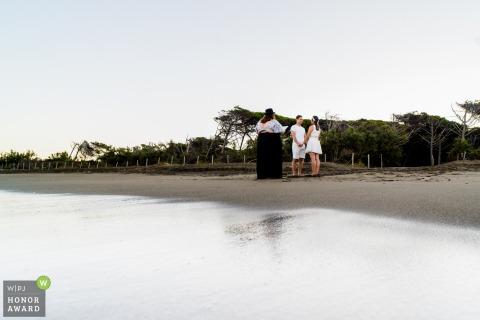 IT-huwelijksfotografie vanaf het strand van Cecina, Italië van een ochtendstrandceremonie