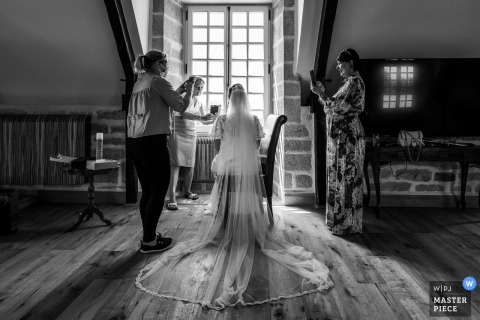 wedding photography from France at the Moelien Castle of the brides Connected people