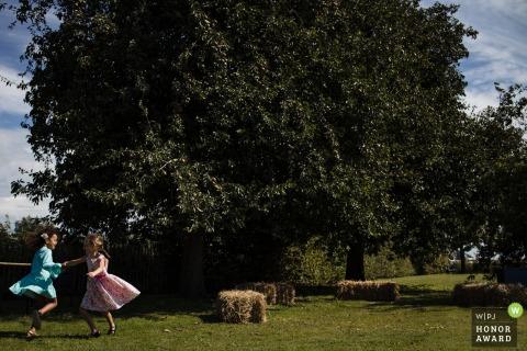 NL foto op de trouwlocatie van De meisjes waar gedanst en gespeeld werd