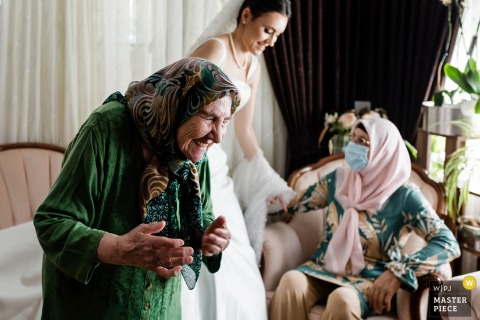 Istanbul wedding image of the bride's grandma telling something funny