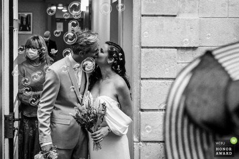 Auvergne-Rhône-Alpes wedding photography of the kiss with bubbles