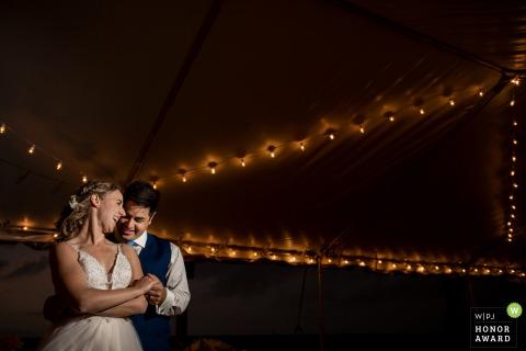 Fotografía de boda en Florida de un Ocean Key Resort que muestra el primer baile con los novios