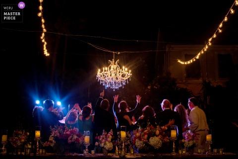 佛羅里達海明威故居的接待場所婚禮照片,顯示當晚的最後一支舞