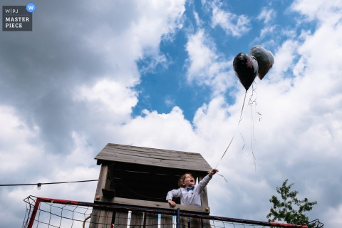 Antwerpen wedding photo from a Flanders Home backyard event showing Love is in the air, and some balloons, too