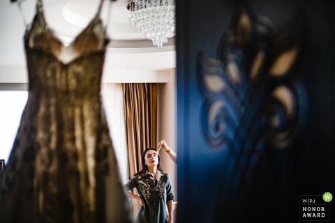 Mersin Divan Otel Bride se prépare l'image de mariage avec une robe suspendue