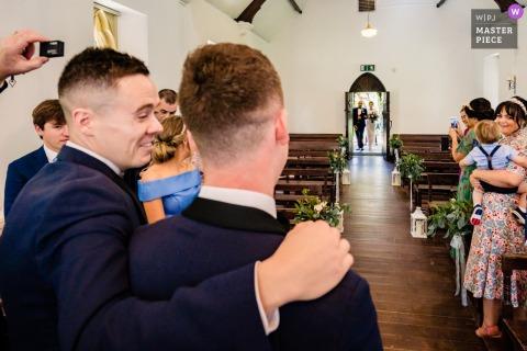 愛爾蘭威克洛布魯克洛奇酒店的IE婚禮報導文學照片顯示,新娘和父親到達儀式時,所有人的目光都聚焦在新郎身上