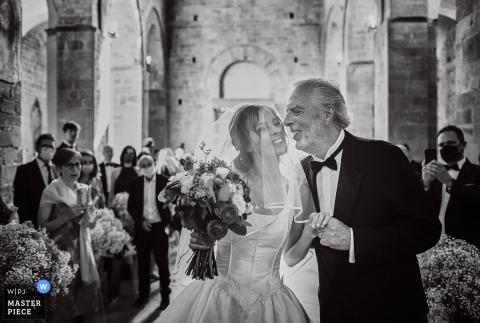 切爾塔爾多教堂的IT婚紗攝影-新娘的托斯卡納進入並即將被親吻