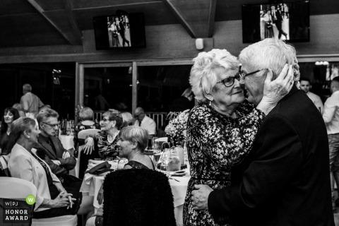 Image de lieu de réception de mariage d'un couple de personnes âgées bénéficiant d'une danse impromptue pendant la réception de mariage