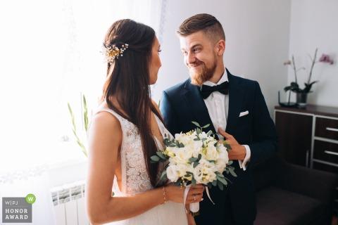 Hotel Korona Palace Leczyca, Polen trouwfoto van de bruid en bruidegom tijdens de zegening door hun ouders