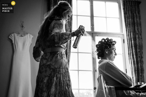 Foto de boda en interiores de Kasteel Maurick en Vught of the Bride preparándose con su cabello