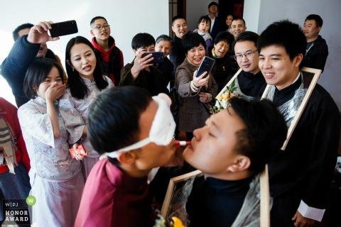 Photographie de mariage du Fujian, en Chine, du jeu de crash de la porte avec les yeux bandés et le rouge à lèvres