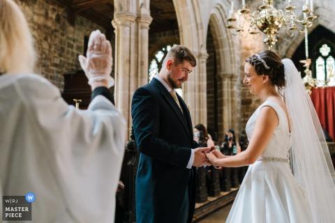 Crosby, Liverpool trouwfoto van bruid en bruidegom die geloften afleggen tijdens covid-huwelijk