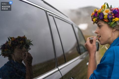 Foto die van bruid de laatste hand doet vóór ceremonie in Breckenridge, Colorado