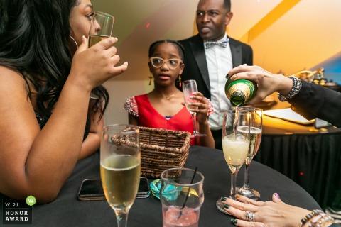 Fotografía de boda de la Casa Blanca, Biloxi, MS mostrando el vertido del champán