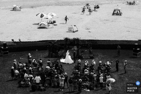 Ceremonia de boda en Beijing, China, la novia con los ojos llorosos en la playa del hotel