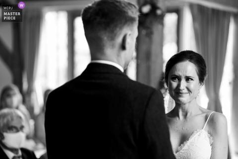 Panna młoda stara się nie płakać podczas ceremonii ślubnej w Cain Manor w Wielkiej Brytanii