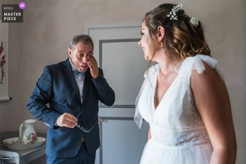 Domaine de Pécarrère, Francia, el padre y la novia con su vestido de novia