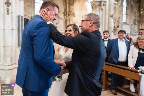 Beeld van een ontroerend moment in de kerk tijdens de huwelijksceremonie op Domaine de Pécarrère, Frankrijk