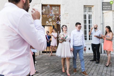 Agen, Francia foto de boda al aire libre de la novia y el novio saliendo bajo burbujas