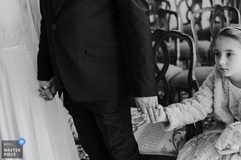 De toekomstige echtgenoten voordat ze de handen vastpakken en de dochter die van de vader schudt, allemaal verenigd in dit prachtige moment in Palazzo Cavalli Venetië Veneto Italië