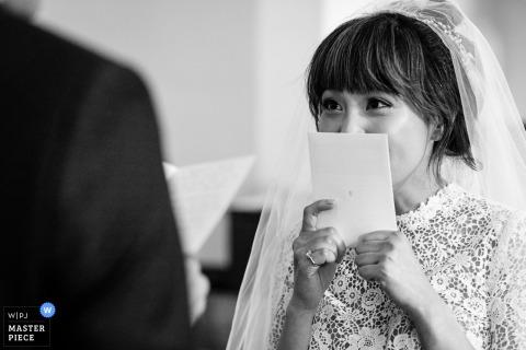 De bruid luistert naar ontroerende geloften tijdens haar huwelijksceremonie in Yellowstone National Park