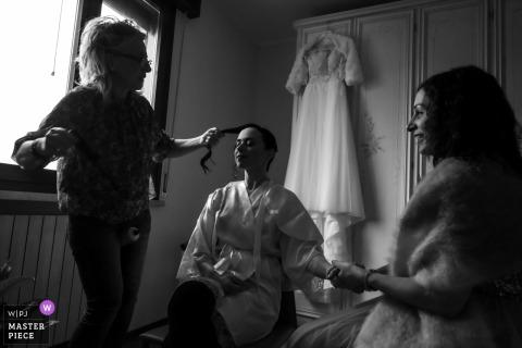Naarmate het begin van de ceremonie nadert, stijgt een beetje opwinding, onmiddellijk verdoofd door de getuige die de bruid de hand schudt en haar toestaat het kapsel af te maken in het Huis van de bruid - San Benedetto Po - Mantua - Italië