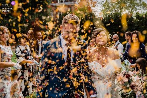 L'amour n'est pas annulé! De gros confettis et bulles exécutent la photographie de mariage de Horsham Park, West Sussex