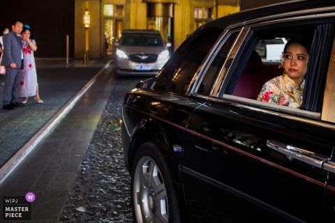 Liaoning China afbeelding van de bruid achter in een auto die vertrekt