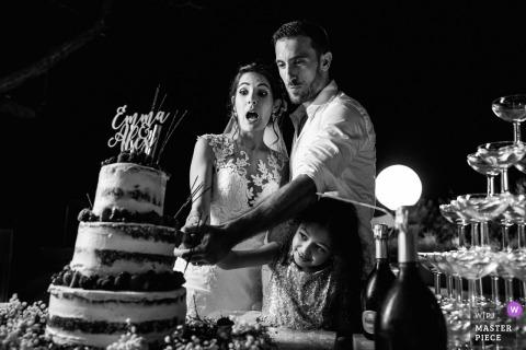 Montpellier, Frankrijk Snijden cakebeeld van de bruid en bruidegom op de trouwlocatie