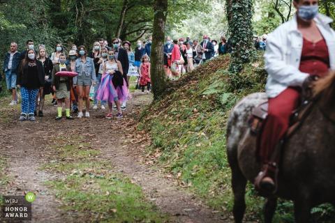Bretagne buiten bruiloft Receptie locatie afbeelding van gasten die de bruid volgen die op een paard rijdt