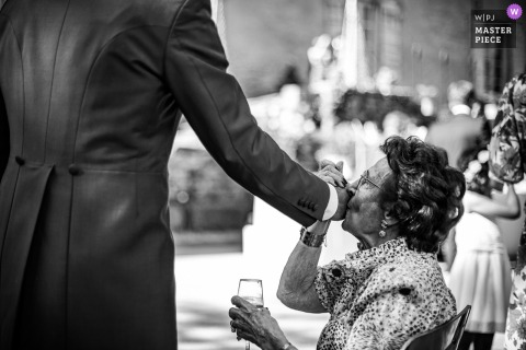Emoción del novio de la abuela besando su mano en Manor of the Guard