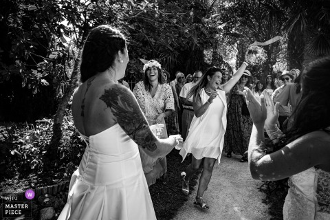 Throwing the bride's bouquet outdoor image from Domaine la Batie