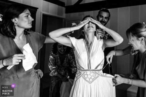 Bruid uit de Auvergne-Rhône-Alpes maakt zich met veel emotie klaar wanneer ze haar jurk aantrekt in het hotel