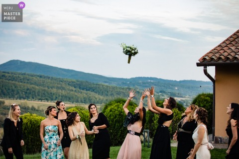 durante il lancio del bouquet la sorella della sposa si allontana per non riceverlo a Borgo San Faustino - Orvieto / luogo del ricevimento