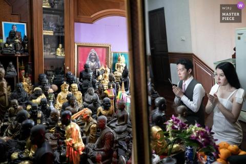 Immagine del tempo di preghiera del giorno delle nozze a casa della sposa, Samutprakarn