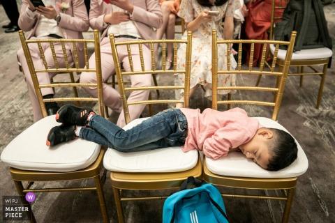 Luogo del matrimonio Waldorf Astoria Bangkok, ora di dormire per questo giovane ospite della festa